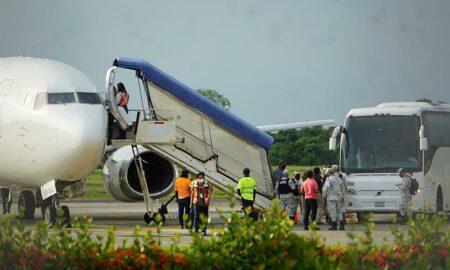 Migrantes deportados de EE.UU. son trasladados a frontera México-Guatemala