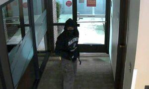 Investigadores buscan a un hombre que, según dicen, entró en el banco de Jacksonville y se quedó un par de minutos