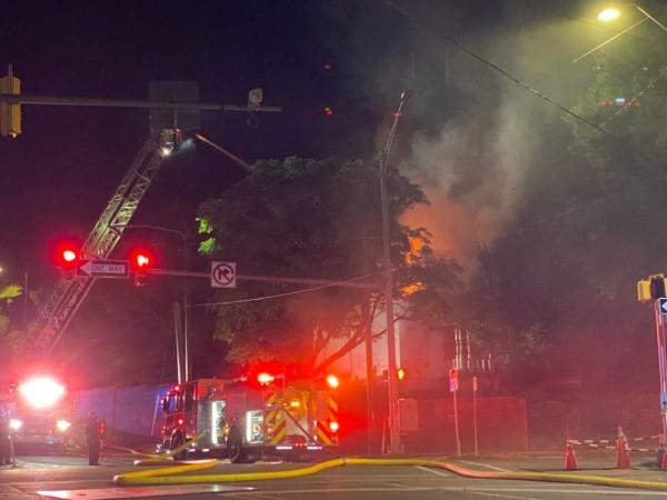 Bomberos lucharon contra el incendio de una estructura en 17th Street North en Birmingham