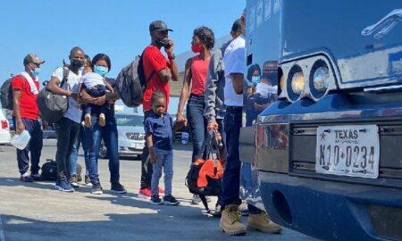 Gobierno de EEUU empieza a deportar a haitianos retenidos en puente en la frontera