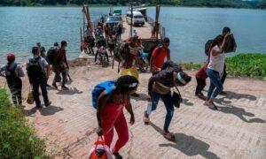 Haitianos saturan albergues y oficinas de migración en el norte de México