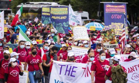"""""""¡Sí se puede!"""", el alarido de cientos de migrantes ante el Congreso de EEUU"""
