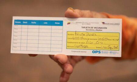 Decomisan tarjetas falsas de vacunación contra la covid-19 en Chicago