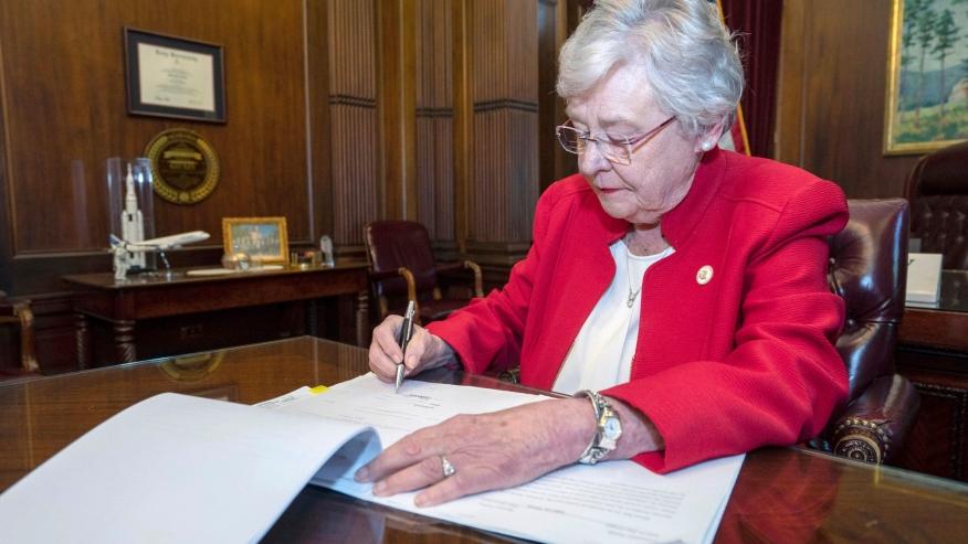 Gobernadora Ivey firma una orden ejecutiva dirigida contra los mandatos federales de vacunas