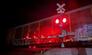 Tren bloquea entrada a vecindario de Gardendale; residentes se arrastran por debajo y encima para llegar a casa