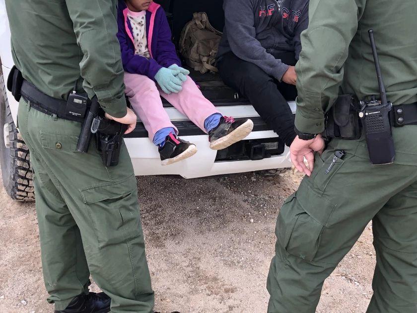 Rescatan a niña tras ser abandonada por traficante cerca a muro fronterizo