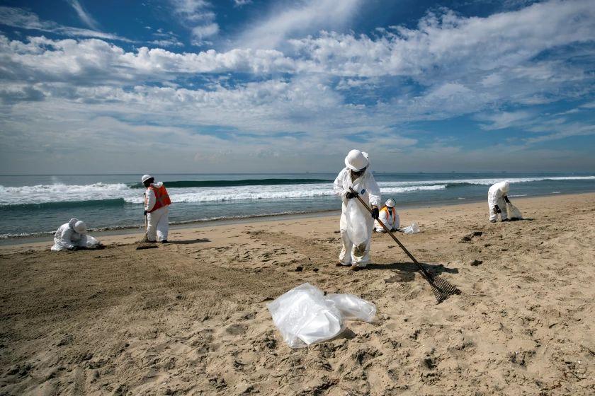 Unas 900 personas siguen con tareas de limpieza por vertido en California