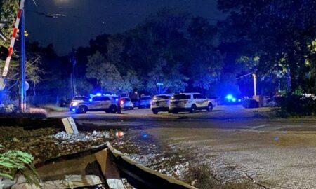 Sospechoso se atrinchera en un apartamento después de dispararle a una mujer y dispararle a los oficiales en Birmingham